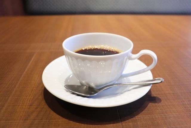 デスクワーク中に飲むコーヒーイメージ